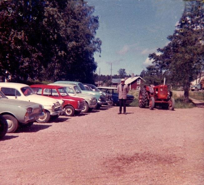 Här visar Åke Klemets upp de begagnade bilar som han hade till salu på sin gårdsplan.