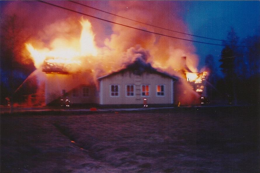 Dagsmark lokaalin står i ljusan låga den 9 maj 1998. Lappfjärds Brandklubbs foto.