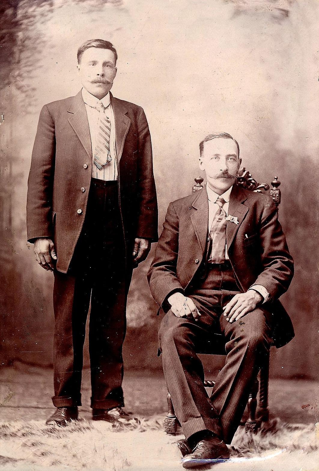 Till vänster står mångsysslaren Erik Anders Broberg tillsammans med kamraten Erland Lindqvist. De for båda till Amerika i slutet på år1909 så fotot är taget ungefär 1910.
