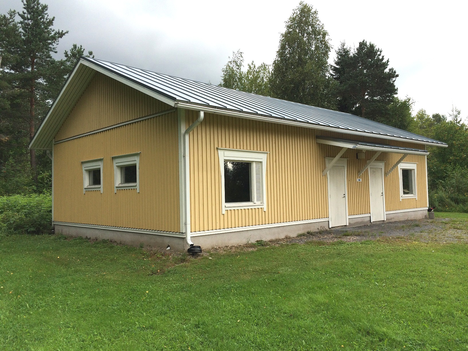 År 2003 byggde föreningens medlemmar denna förrådsbyggnad på talko, på samma ställe där det gamla uthuset stod.