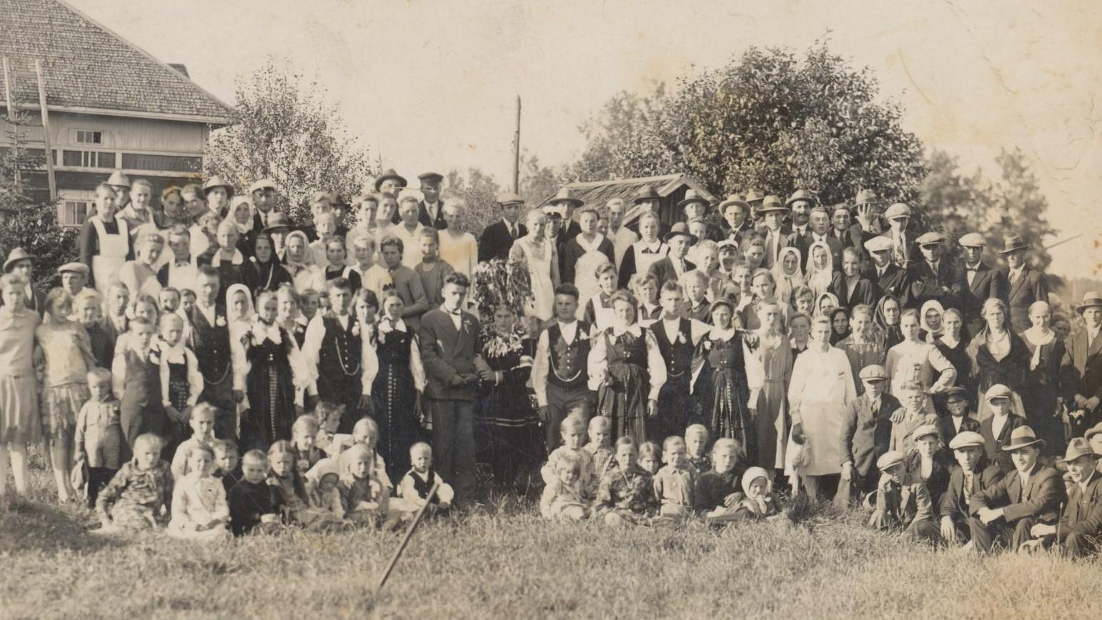 Det var ett riktigt kronbröllop sommaren 1930 då Fanny Klemets gifte sig med Anselm Nygård från Korsbäck. Klemets gård syns till vänster.