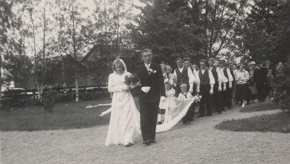 Torsten Storhannus och Linnea Lindedahl på väg in i kyrkan 2 juli 1952.