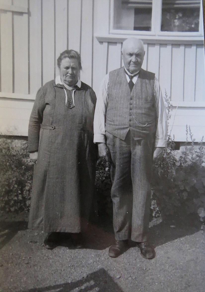 Ida och Johan Jakob Wadstöm framför sin gård i Lappfjärd.