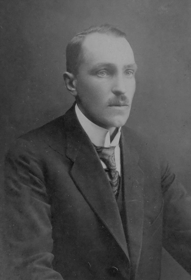 Lärarsonen Einar Wadström (1888-1940) som var gift med Gunhild Wendelin från Kristinestad. Han arbetade på Kaukas fabriker men hann också göra den vackra ritningen på Westerbacks gård på Åddin.