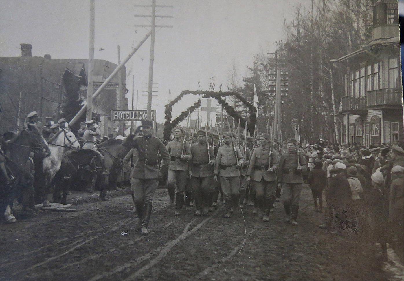Lärarsonen Gunnar (1895-1953) deltog på den vita sidan i inbördeskriget 1918. Han stannade kvar en tid som utbildare och här är det parad i Terijoki 1919, på ettårsdagen för frigörelsen. Gunnar går främst och till vänster om honom sitter Gustaf Mannerheim på hästen.