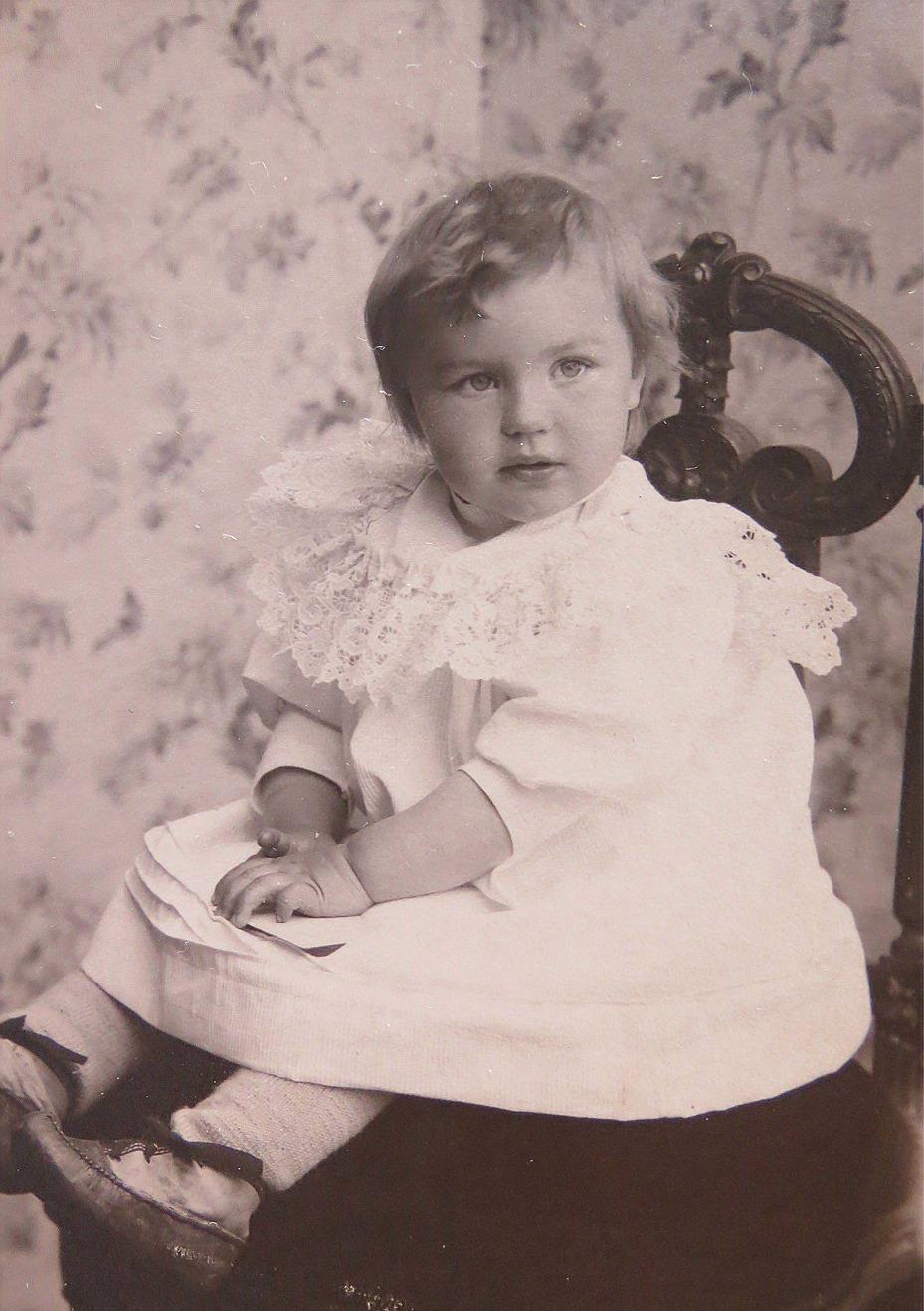 Lärardottern Verna (1902-1983), som vuxen gifte hon sig med affärsmannen Verner Grankull från Skaftung.