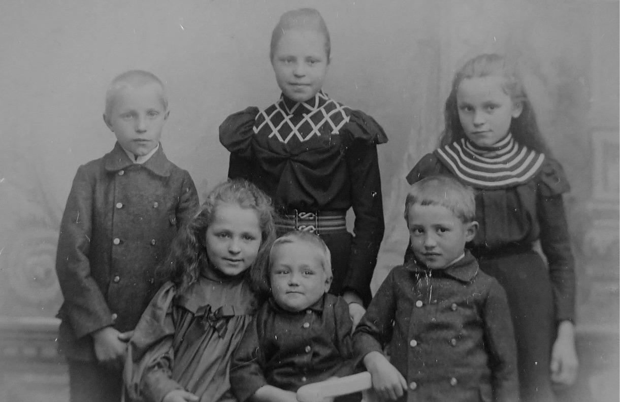 I bakre raden står lärarbarnen Aina, Ingrid och Einar. Framme sitter Elin, Gunnar och Torsten. Fotot är från slutet av 1800-talet och därför fattas yngsta dottern Verna.