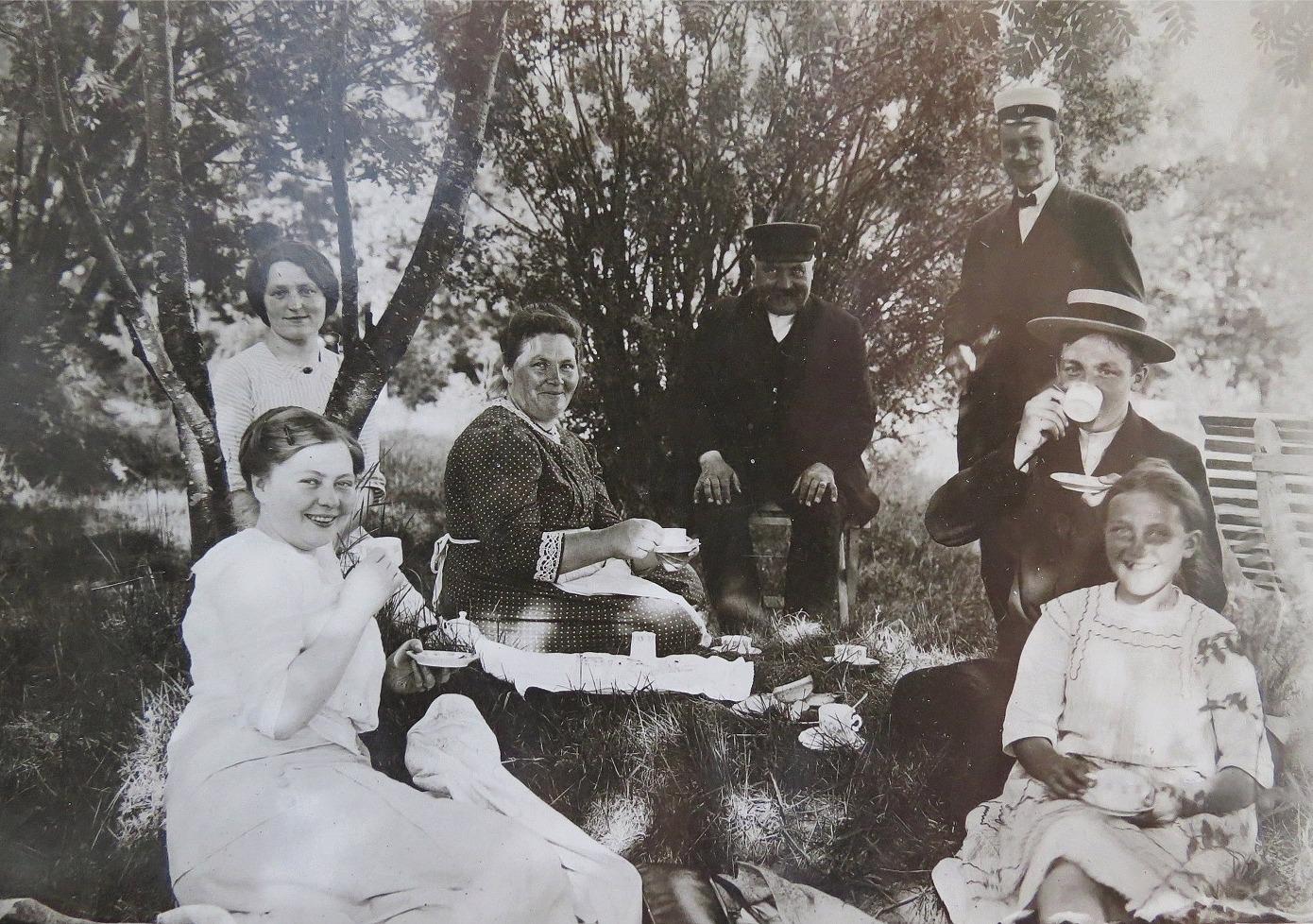 I mitten sitter Ida och J. J. Wadström tillsammans med sin familj.