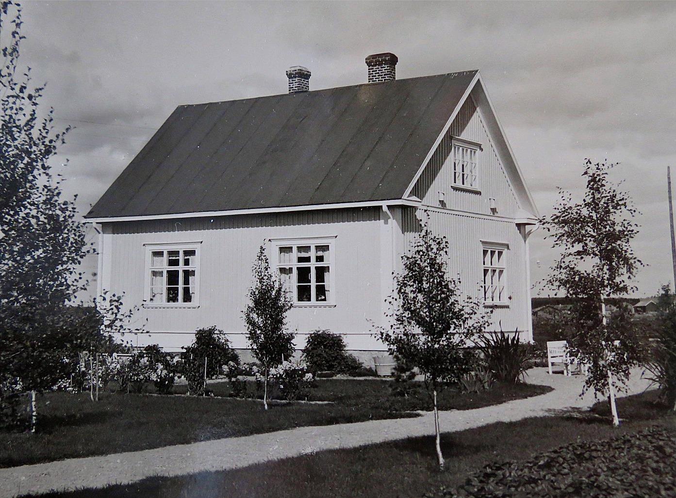 Efter pensionering från lärararbetet i Dagsmark blev Wadström bankdirektör i Lappfjärd. I början på 1930-talet byggde han denna gård på Lappfjärdsvägen 832, som alltså stod mittemot banken. Efter Wadströms död såldes gården åt Åke och Gunnel Ålgars.