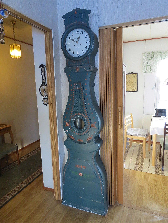 Denna Mora-klocka från 1849 hade funnits i Wadströms barndomshem i Yttermark och nu finns den hos hans barnbarn i Vasa.