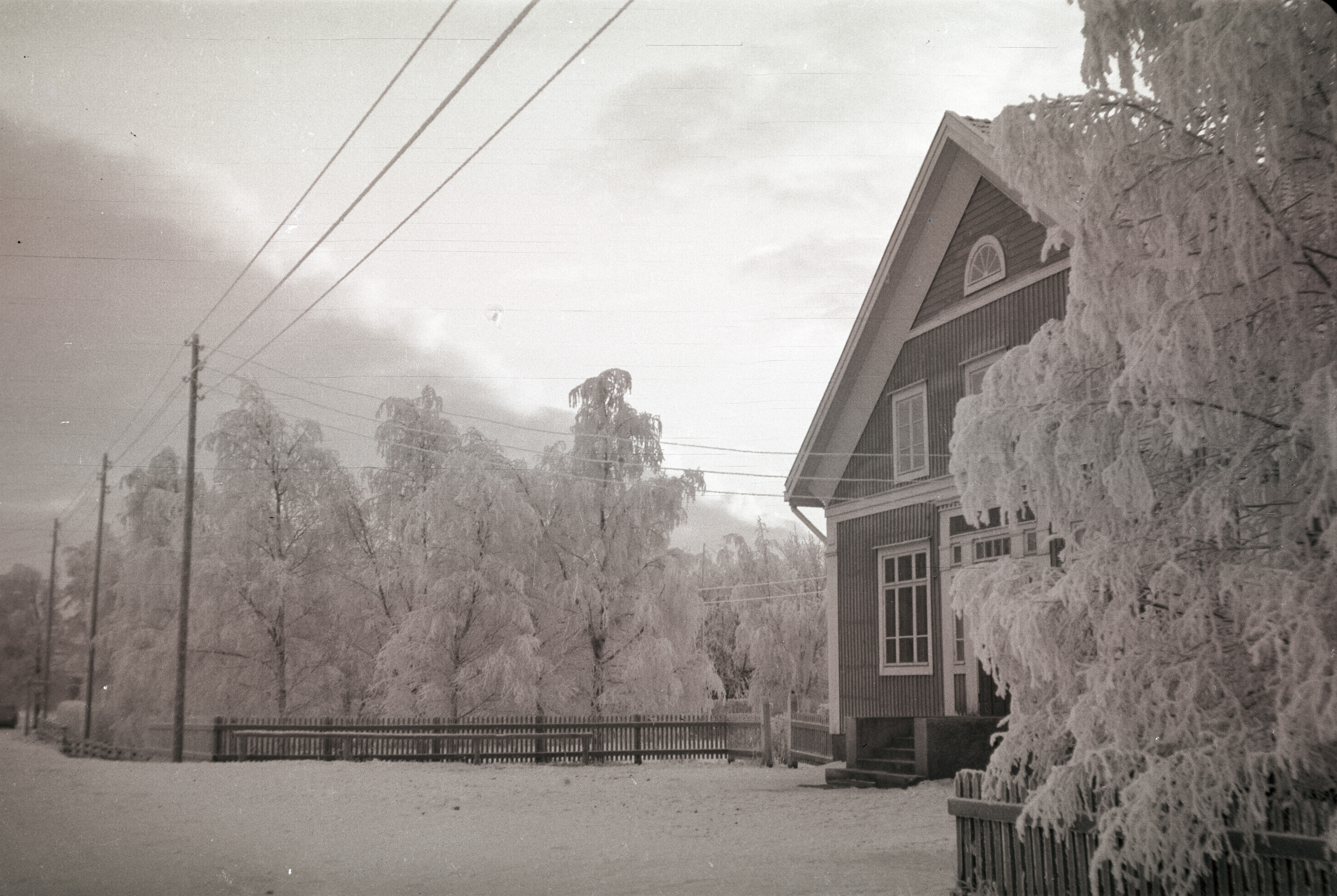År 1919 avgick Wadström som lärare i Dagsmark och han blev då föreståndare för Unionbanken i Lappfjärd, alltså den bank som sedan blev Helsingfors Aktiebank. Den vackra bilden är tagen av Selim Björses, där bankhuset knappt syns bakom rimfrosten.