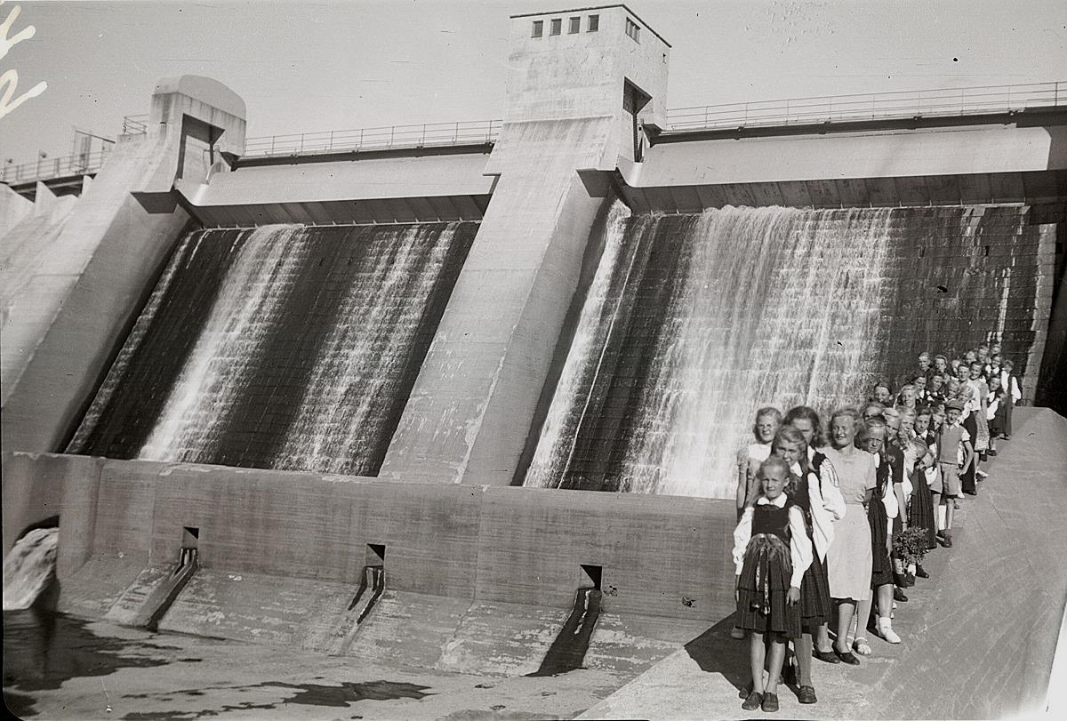 År 1949 gjorde lantbruksklubben ett besök till det då tio år gamla kraftverket i Harjavalta. På bilden bland annat Irma Rosendahl, Brita ebb och Astrid Klåvus.