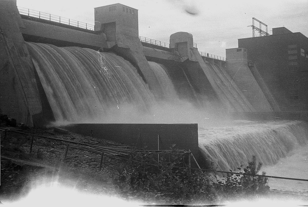 Kraftverket i Harjavalta togs i bruk just före vinterkriget bröt ut 1939 och den stora ledningen genom Dagsmark till Vasa togs i bruk ett år senare. Lantbruksklubben gjorde en resa till kraftverket 1949.