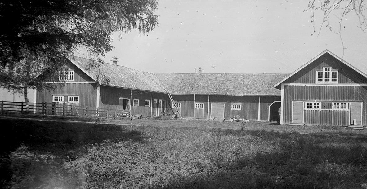Uthusbyggnaden på prostgården Bäckelund. Delen till vänster revs 1950 medan delen till höger fortfarande står kvar.