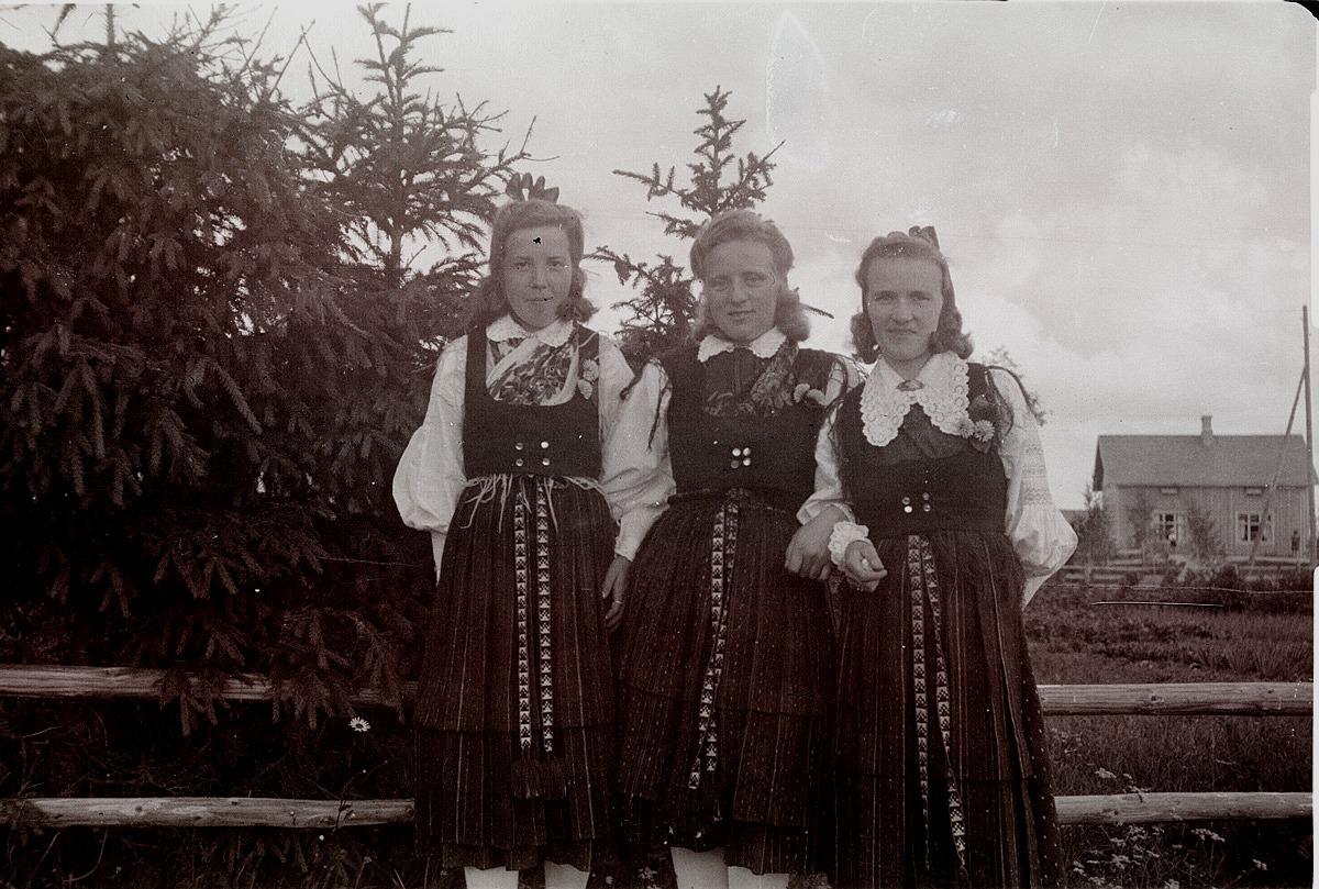 Lappfjärdsflickor i folkdräkt, från vänster Astrid Klemets, Inga Högström och Ellen Nissander. Fotot från 1950.