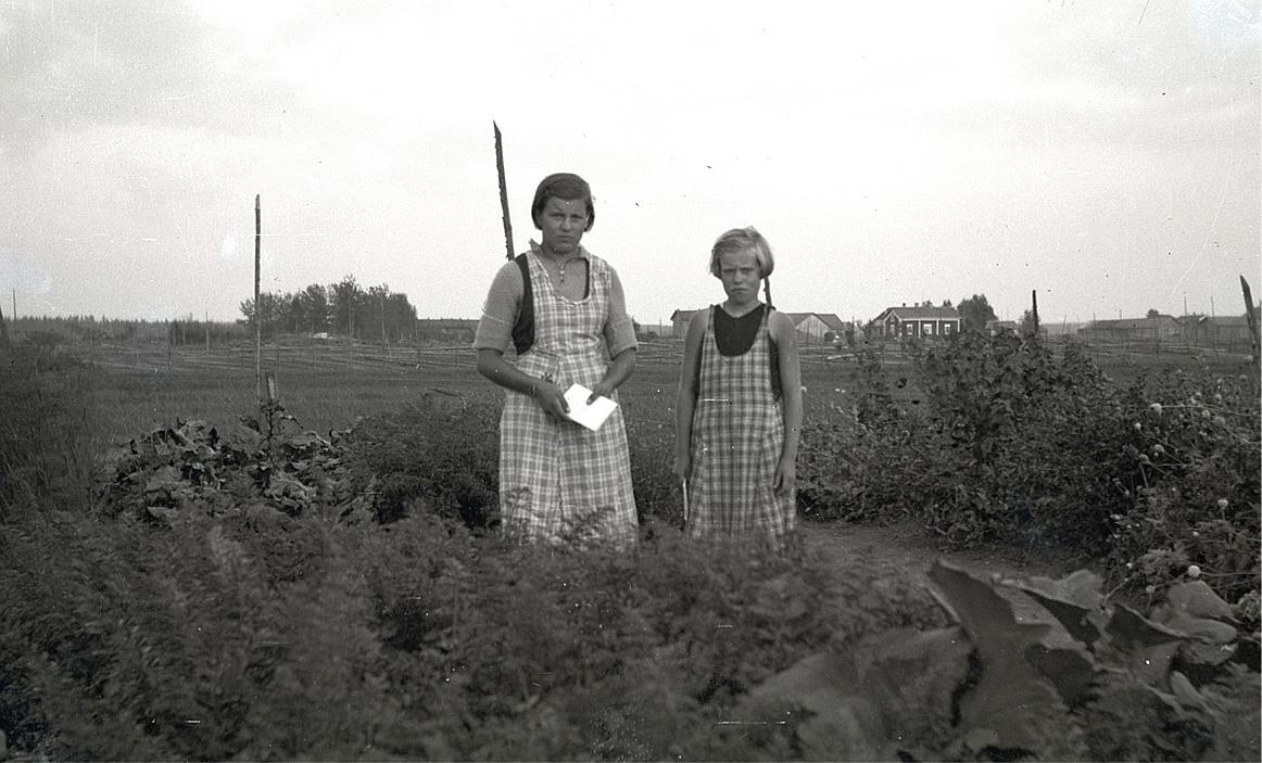 Elin och Elna Holmlund vid deras klubbland.