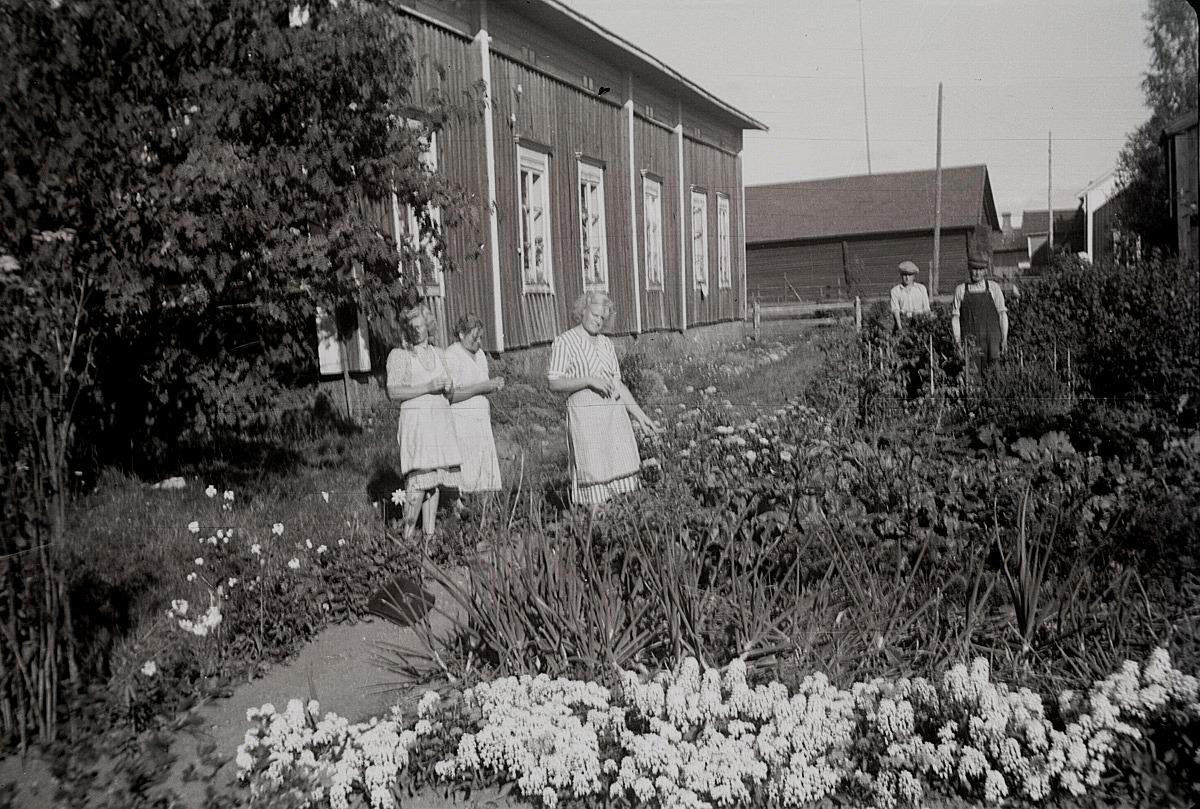 Präktig hemträdgård vid Rosendahls, där bland andra Irma och Margit står.