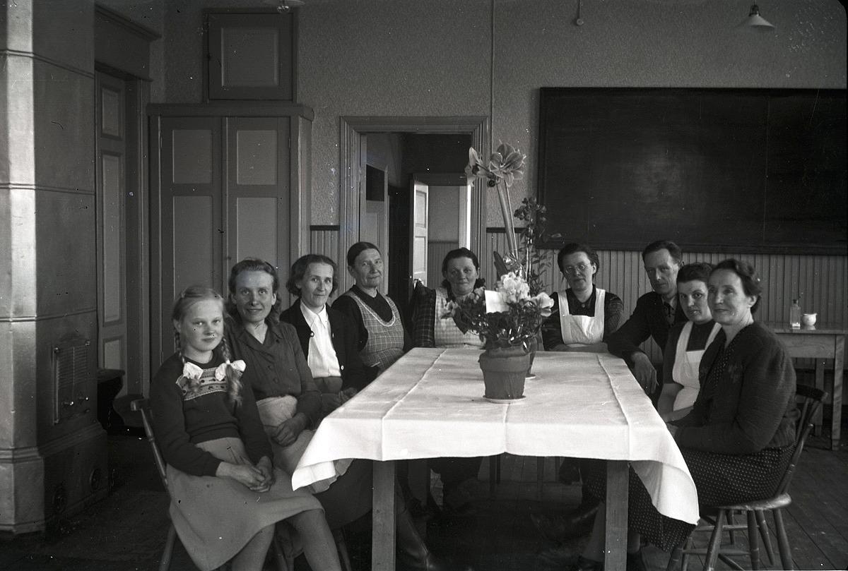 7 april 1950 fyllde folkskolläraren Selim Björses 50 år och då var det stor fest på södra skolan. Här är det efterfest i det rum som tidigare var slöjdsal men som nu ändrats till läsesal. Från vänster Brita Björses, Greta Ebb, Signe Björses, Amanda Storkull, Irene Ingves, Alina Björses, Birger Björses, Elin Björses och Tekla Skrivars.