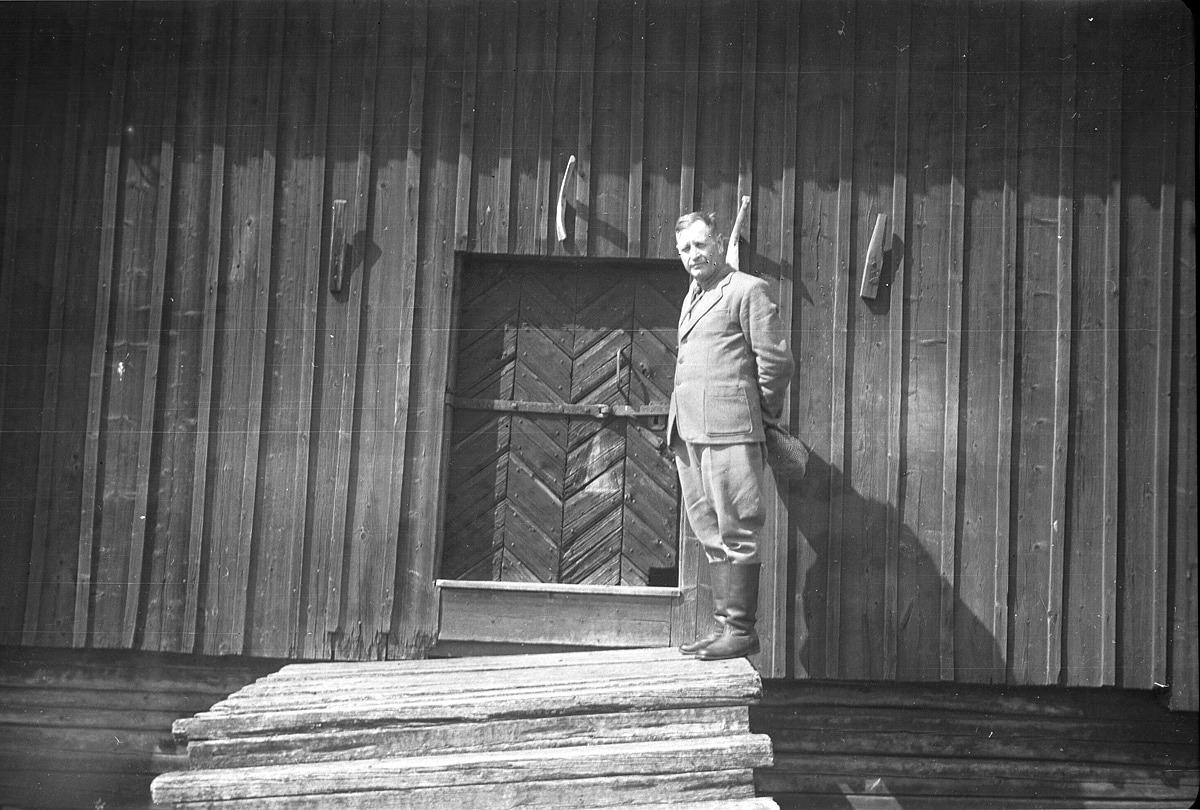 Folkskolläraren, klubbledaren och fotografen Selim Björses balanserar på den sluttande trappan på häbbret vid Bäckelund.
