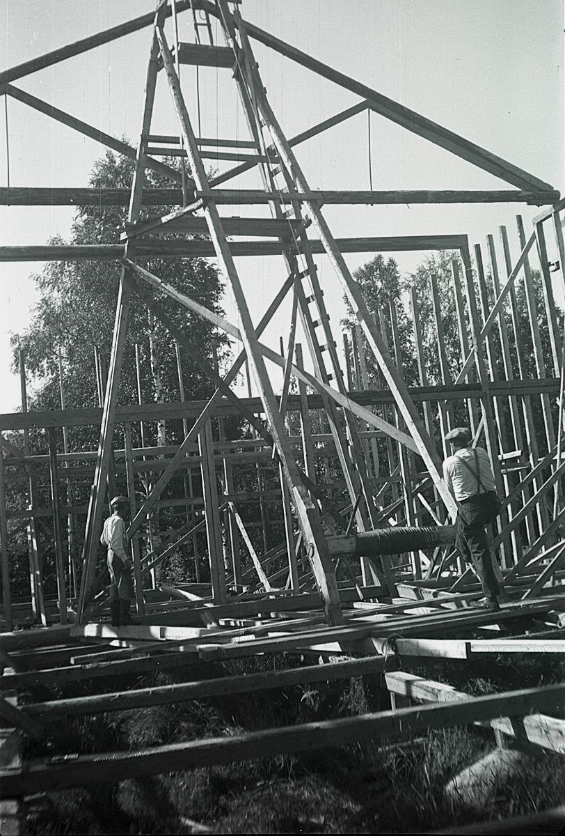 Här ser man hur det gick till då takstolarna vinschades upp på väggbanden, då lokalen byggdes 1950.