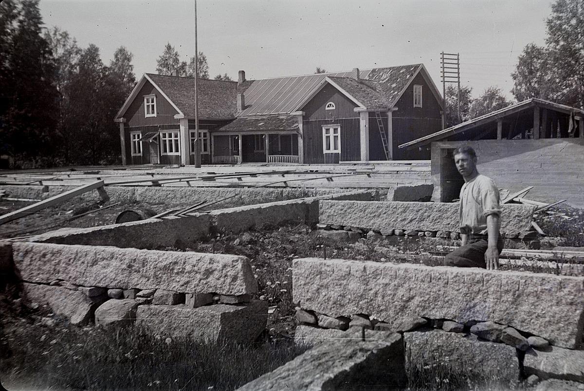 År 1950 visar Alvar Björklund hur stenfoten är lagd under den nya ungdomslokalen.