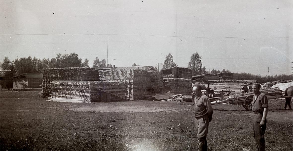 4 000 stockar sågades till byggnadsvirke för att användas vid lokalsbygget. Evert Ekman till vänster ser bekymrad ut.