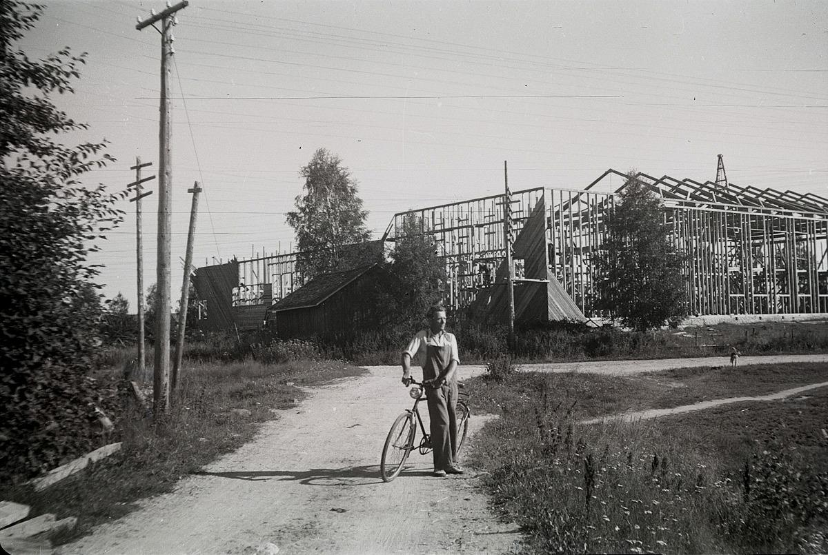 """1950 reser sig den nya ungdomslokalen. Mannen med """"karavagne"""" är på väg över Gamla bron."""