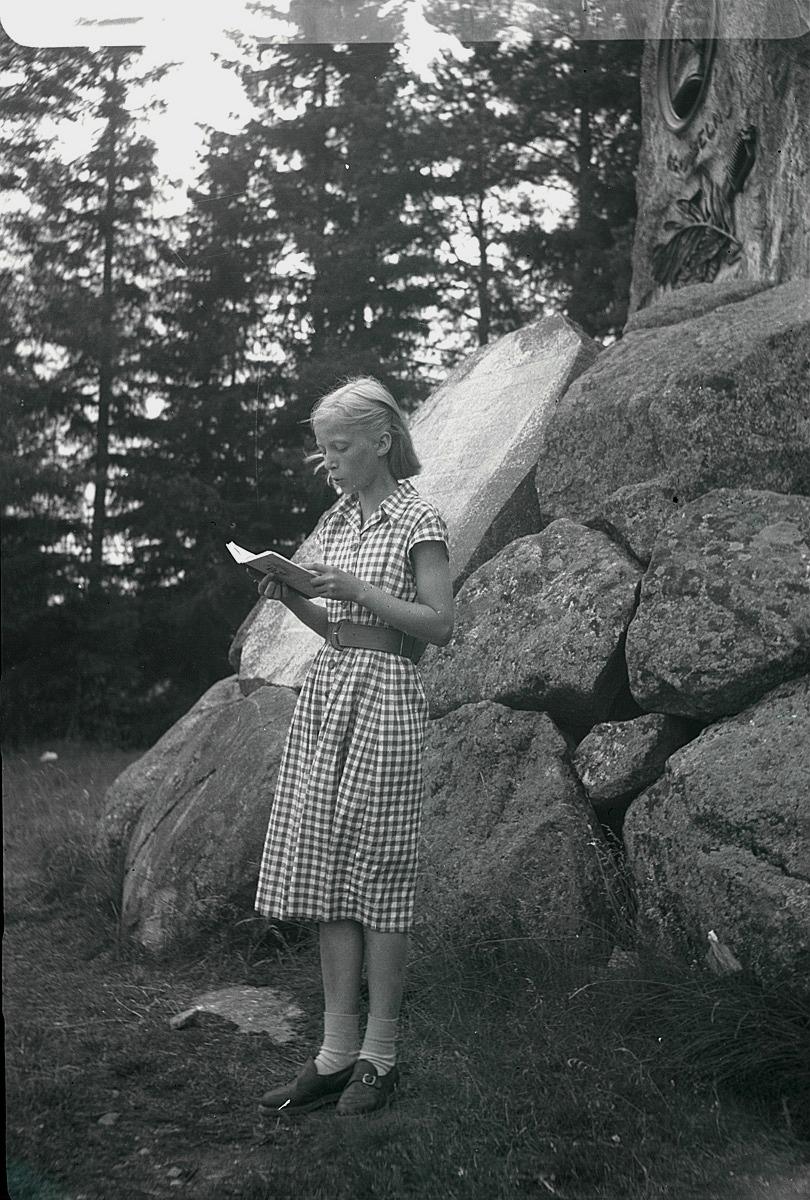 """År 1950 gjorde klubben en utfärd till Oravais och här står Mona Knus framför Döbelns sten och läser """"Döbeln vid Jutas"""" ur Fänrik Ståhls sägner."""