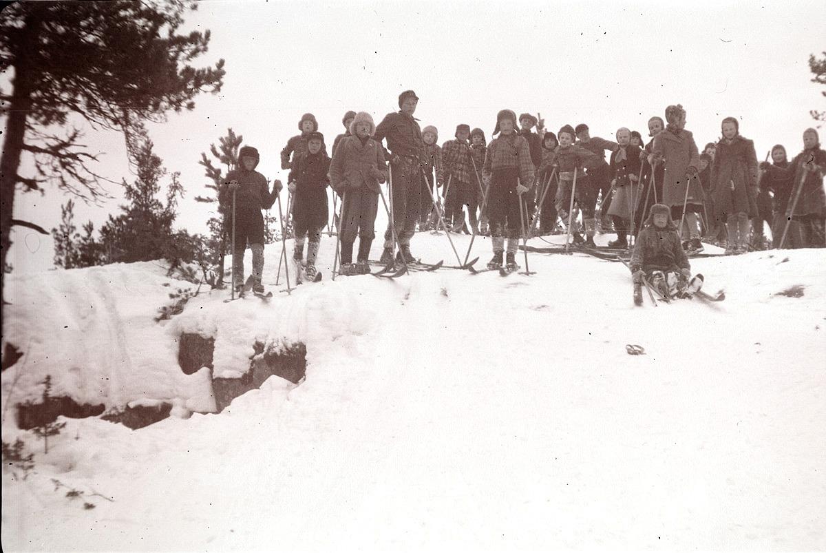 Skolans elever på utfärd till Blomåsarna 1950.