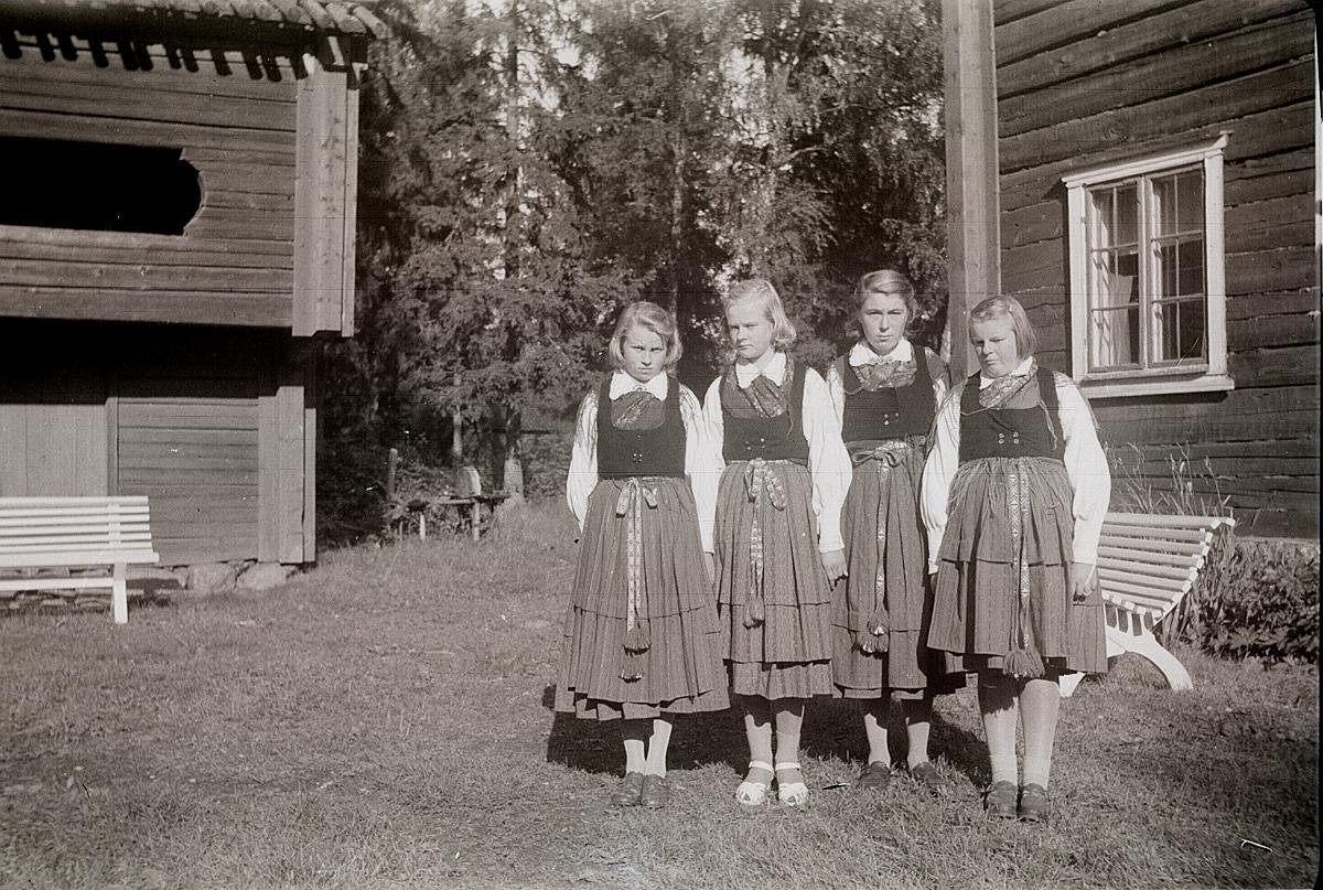 Flickor i Lappfjärdsdräkt på besök på Brages friluftsmuseum i Vasa, från vänster Ruth Hinders, Brita Björses, Gunnel Lillgäls och Greta Stenkull.