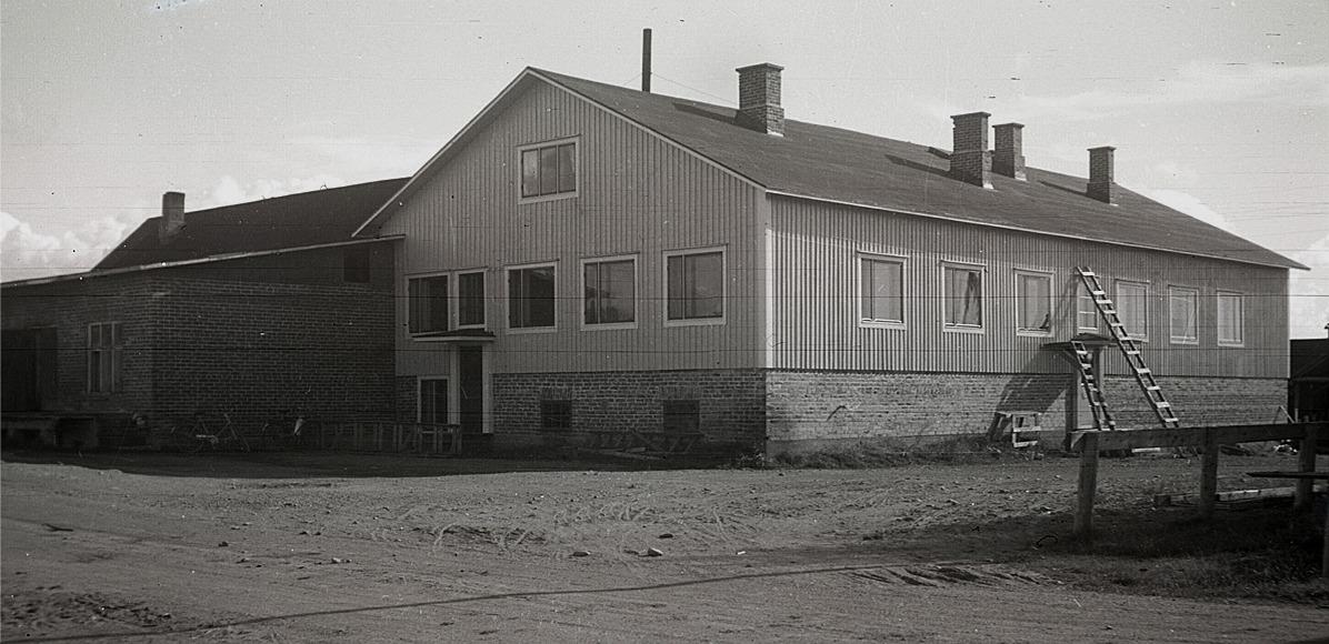 Sydösterbottens Andelsmejeri på Knusbackan år 1951. Det nya t.h. ostkällare med kontor ovanpå. Själva mejeribyggnadens nybygge till vänster är just påbörjad.