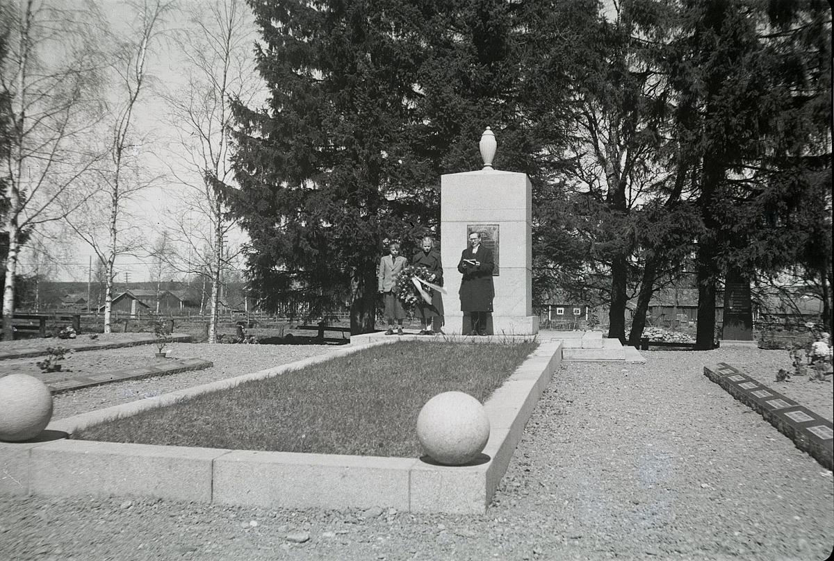 Uppvaktning vid krigargravarna på de stupades dag 1951 med kyrkoherden Rafael Lindholm. Längst till vänster står Kurt Holm, vars far Elis stupade i kriget och i mitten står Brita Björses vars far Artur också stupade i kriget.