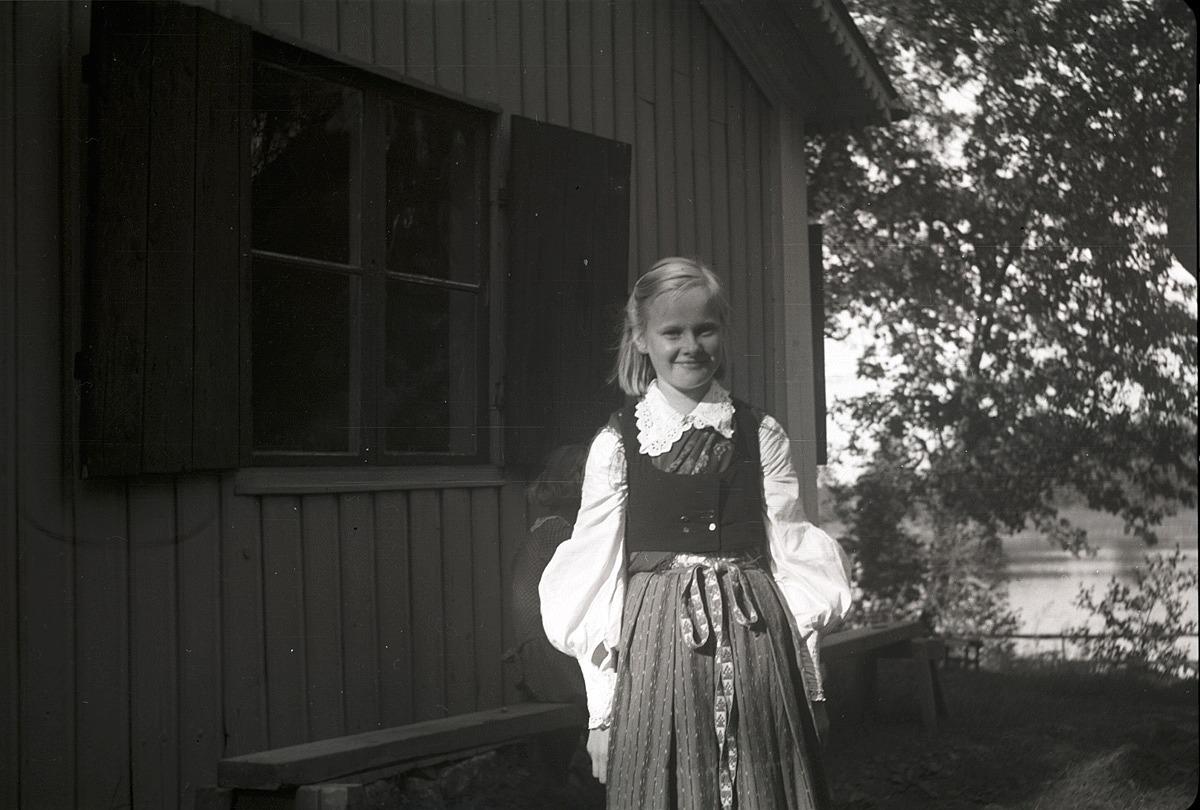 Brita Björses i Lappfjärdsdräkten vid Runebergs stuga 1951.