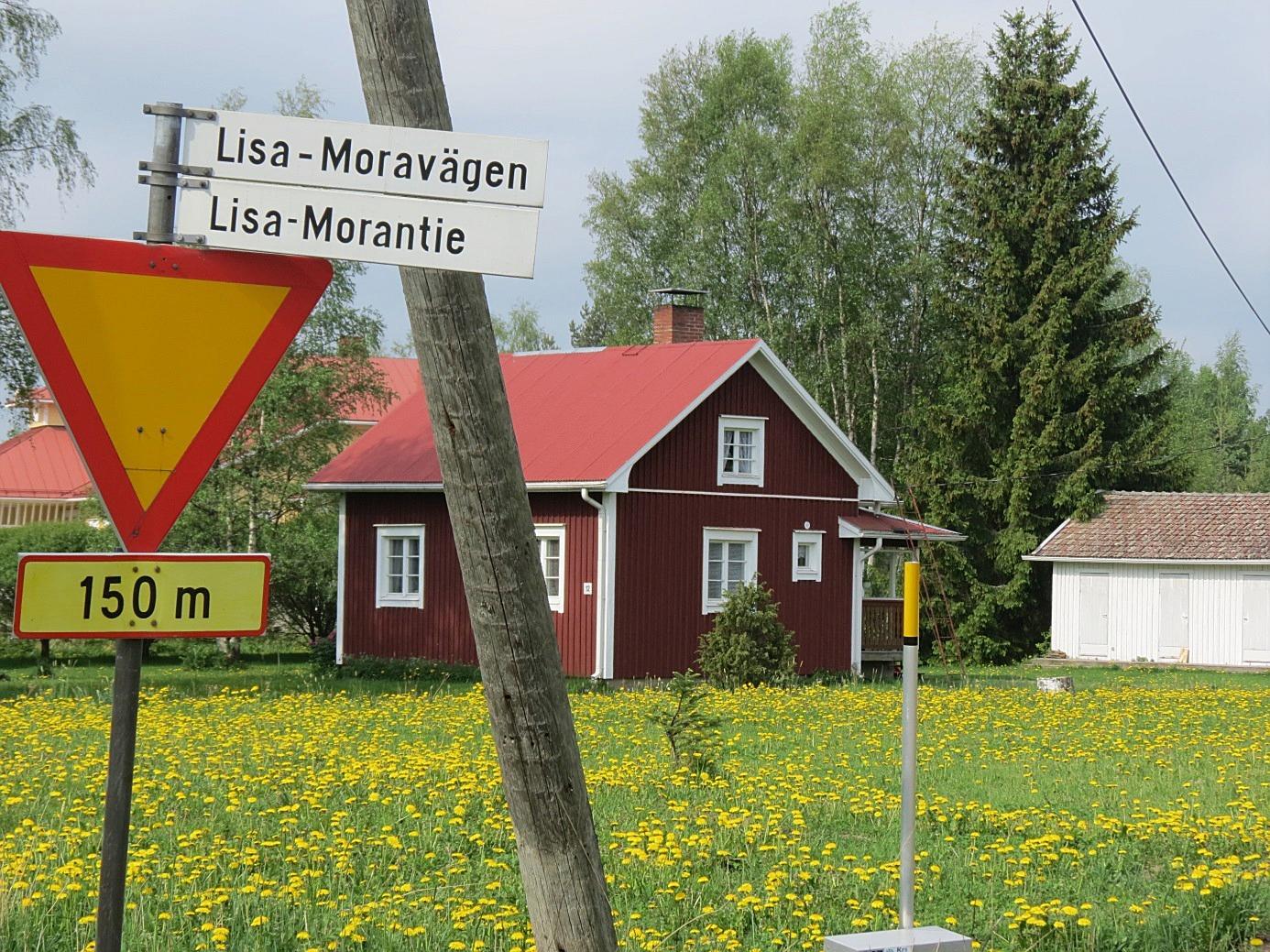 För att vårda minnet av Lisa-Mor har en väg blivit uppkallad efter henne. Den urgamla vägen som börjar i centrum av Dagsmark och går vidare till Storliden leder en besökare väldigt nära stenen. I bakgrunden till vänster skymtar föreningshuset Majbo.