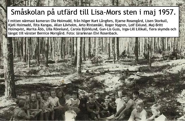På fotografiet som Inga-Lill bidragit med så ser vi att småskolans elever var på utflykt till Lisa-Mors stora sten. Helge Lund har berättat att den tiden han gick i småskolan fick han vara vägvisare åt de andra barnen eftersom han bodde i närheten.