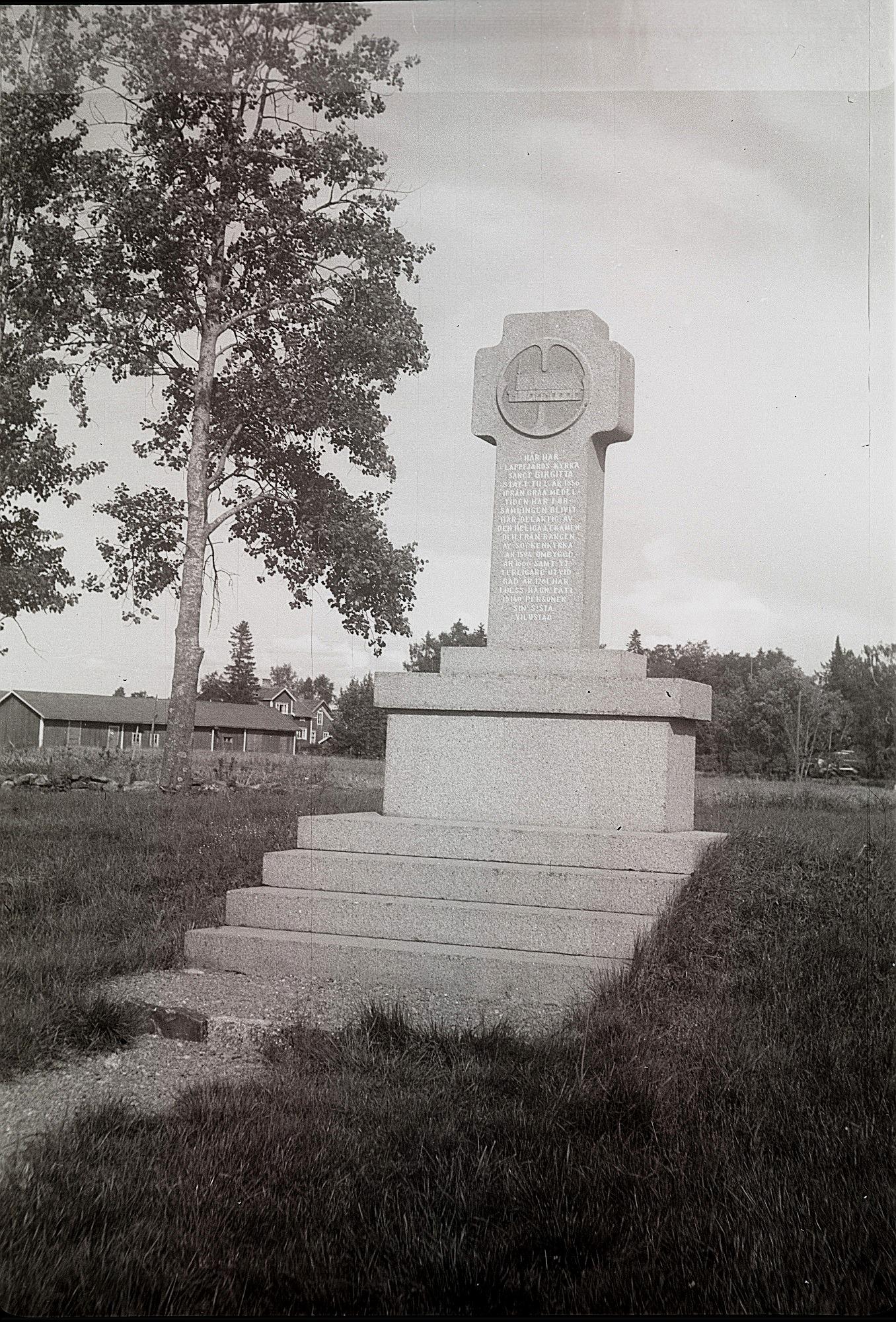 År 1961 restes detta monument på den plats där den gamla Sanct Birgitta-kyrka hade stått i länga tider. Enligt inskriptionen revs den gamla kyrkan 1856 och hela 15 140 personer skulle vara begravda i dess närhet. Foto Selim Björses.