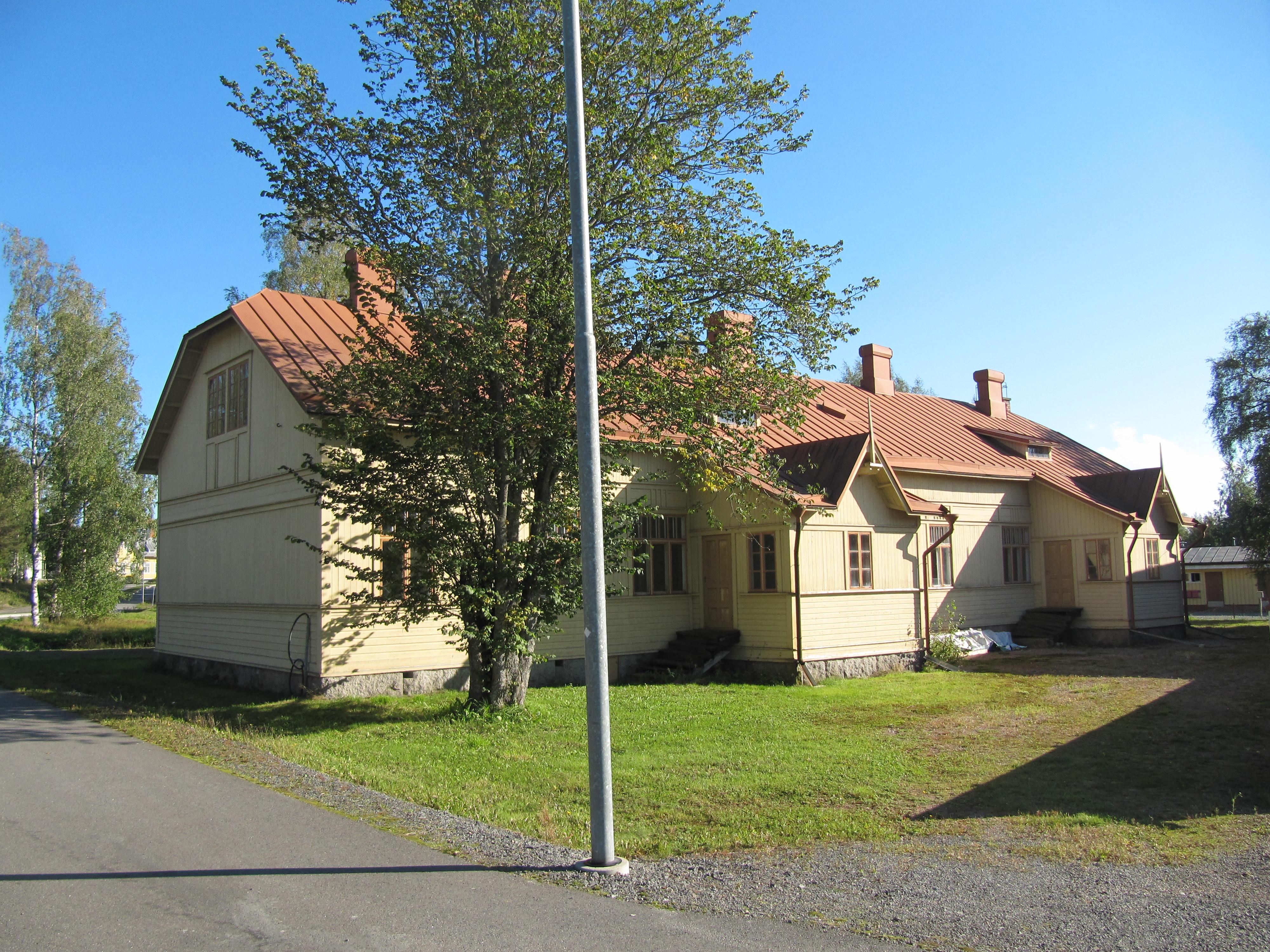 Den här gården på Köpmansgatan på östra sidan i Kristinestad byggde Viktor Nylund i mitten på 1920.talet. I mitten på 30-talet såldes den åt affärsmannen Grankull, som i sin tur överlät den åt sin dotter och hennes man John Aspås. För några år sedan fick gården en ny ägare, som har planer på att renovera gården och bygga om den till bostäder.