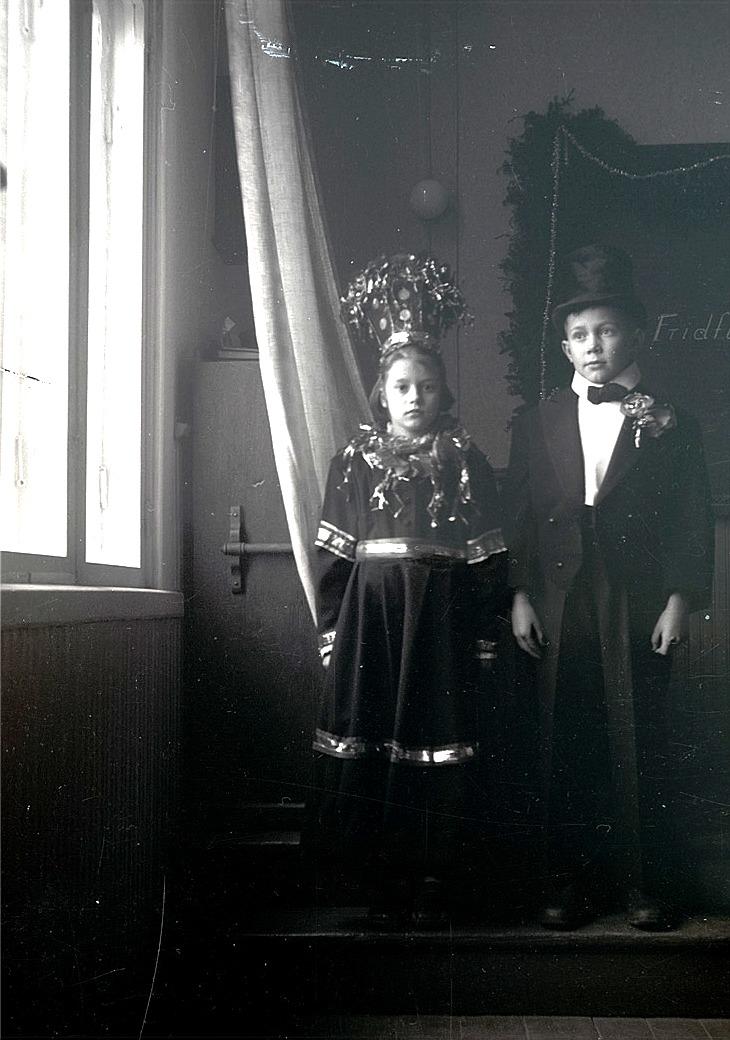 Brudparet Solveig Lärka och Torolf Söderlund färdigt klädda inför julfesten på södra skolan 1953.