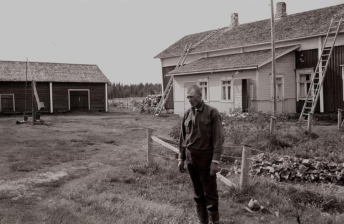 Viktor Lillsjö på hemgården i Stormyron.