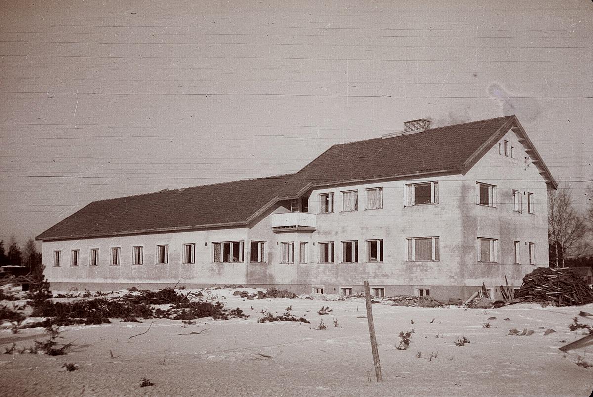 Det nybyggda kommunalhemmet i Perus. Hälsosyster Kallsén föreslog att det skulle få namnet Åldersro och det gör det fortfararande, trots att denna byggnad revs för flera år sedan.