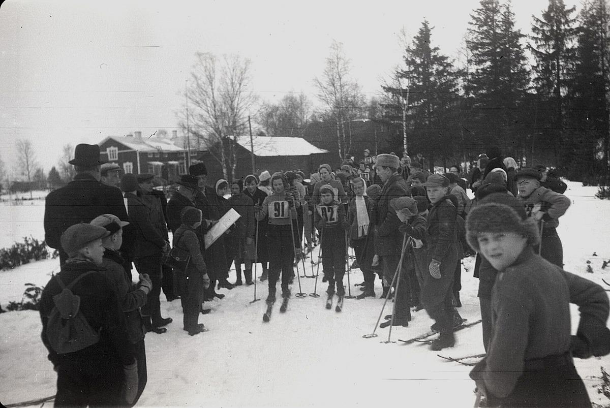 Distriktets skidtävlingar vid södra folkskolan 1955. Pojken till höger torde vara Kaj Stens.