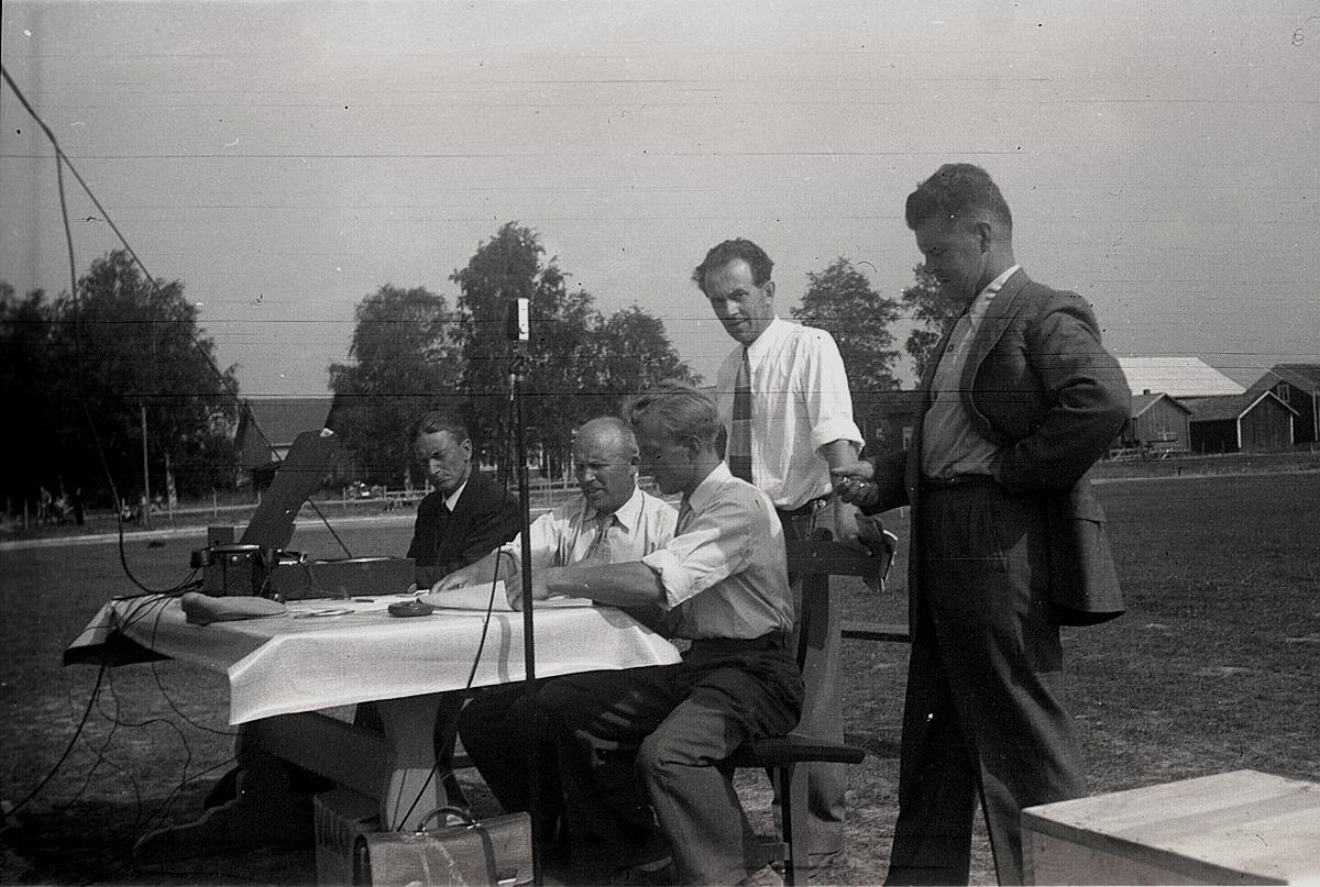 Domarbordet uppställt på invigningen av den nya sportplanen 21.8.1955. Från vänster Lennart Knus, Gunnar Gröndahl, Åke Ålgars, Lennart Teir och Evert Förnäs.
