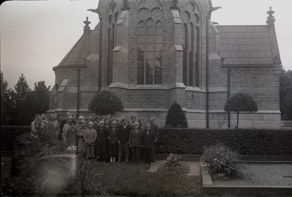 Klubbmedlemmarna på utfärd till Björneborg sommaren 1955, här står de framför Juseliuska mausoléet.