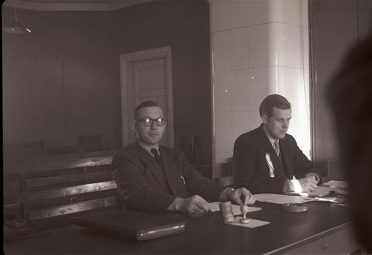 Till vänster fullmäktigeordförande Hilding Rosenstedt och sekreterare Lönnqvist på mötet, där de just har beslutat att det skall byggas den nya Centralskolan i Lappfjärd.