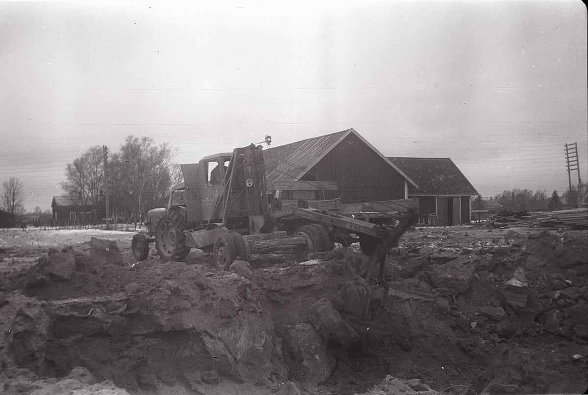 Grunden till den nya Centralskolan i Stortåget grävdes med denna vajergrävmaskin år 1957.
