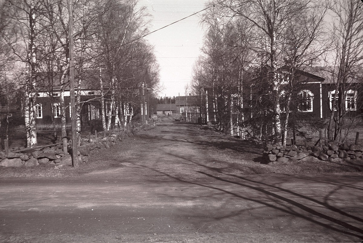 Lärarbostaden till vänster och södra folkskolan till höger, år 1957.