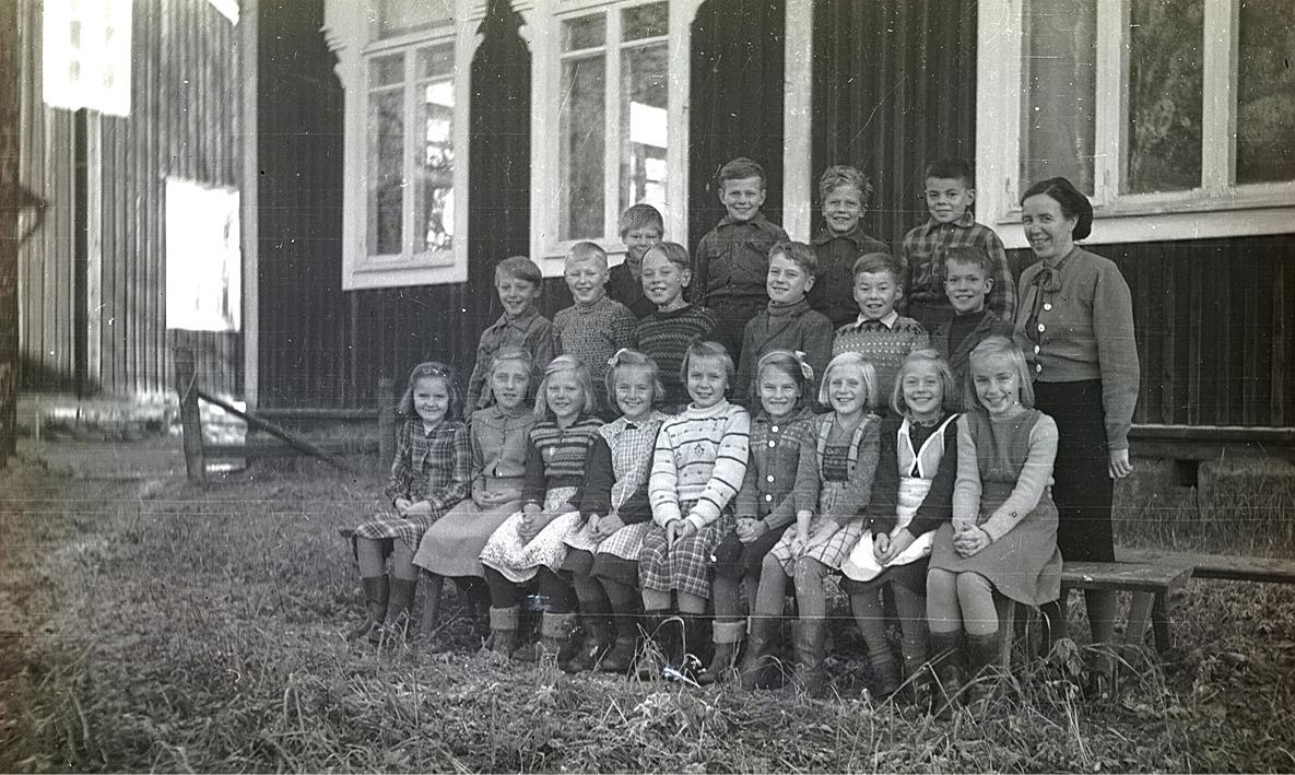 En del av Lappfjärds framtid tillsammans med lärarinnan Seidi Nordström år 1957.