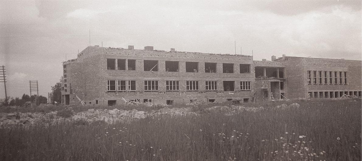På sommaren år 1957 är väggarna till den nya centralskolan färdigt murade.