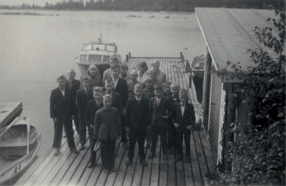 Eleverna på en brygga på Replot under skolutfärden 1959. Här står bland annat Bo Göran Södergård, Kurt Ekman, Stig Björknäs,  Stig Brandt, Maj Lis Lillmangs och Kaj Rosenback.