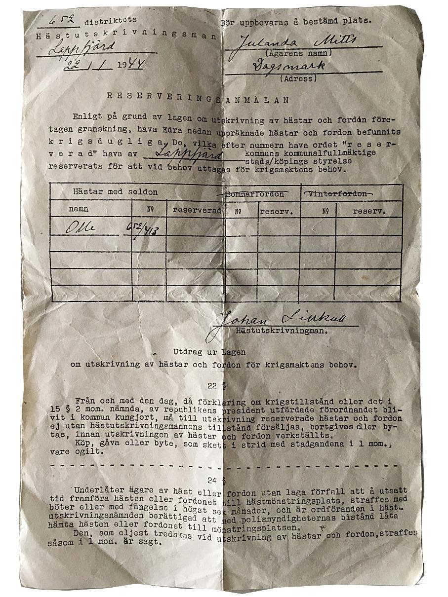 """Den 22 januari 1944 fick Julanda Mitts ett brev där det meddelades att hennes häst Olle kommer att tas ut i krigstjänst. Brevet var undertecknat av hästutskrivningsman Johan """"Pelas-Jåhan"""" Lillkull."""